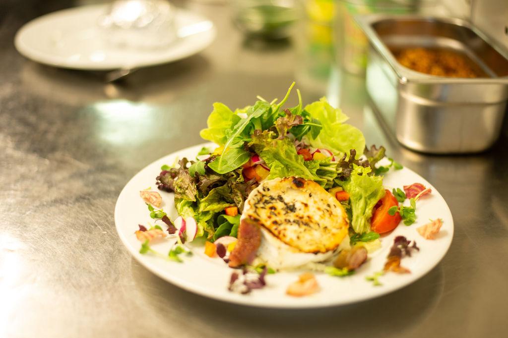 Salat mit Ziegenkaese